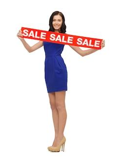 Foto van mooie vrouw in blauwe jurk met verkoopbord