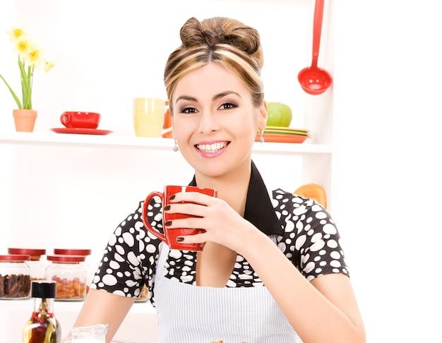 Foto van mooie vrouw in de keuken