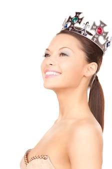 Foto van mooie vrouw in kroon over wit
