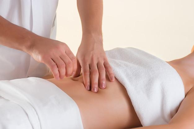 Foto van mooie vrouw in massagesalon
