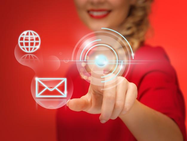 Foto van mooie vrouw in rode jurk die op virtuele knop drukt