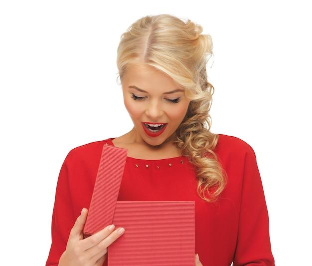 Foto van mooie vrouw in rode jurk met geopende geschenkdoos