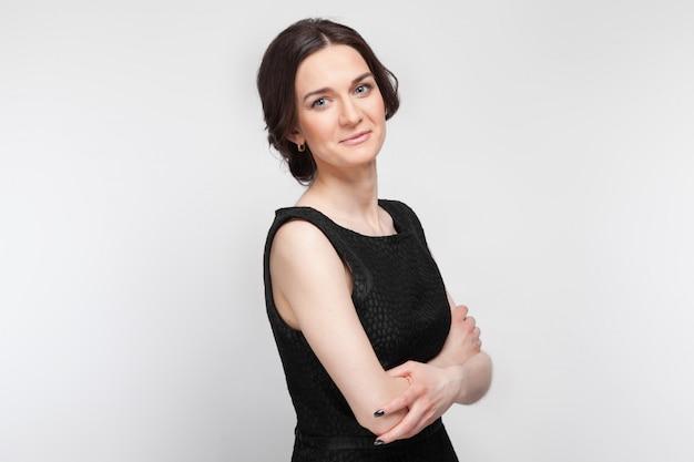 Foto van mooie vrouw in zwarte jurk
