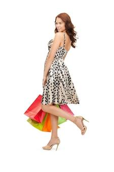 Foto van mooie vrouw met boodschappentassen