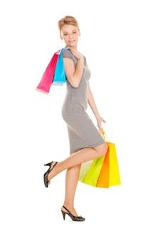 Foto van mooie vrouw met boodschappentassen.