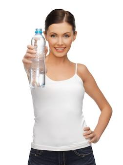Foto van mooie vrouw met fles water