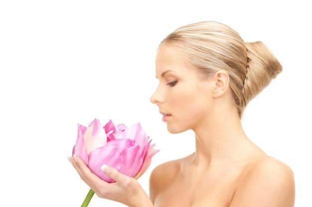 Foto van mooie vrouw met lotusbloem