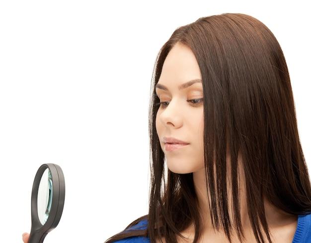 Foto van mooie vrouw met vergrootglas...