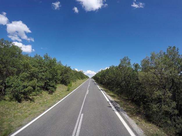 Foto van mooie weg op de zonnige hemel in griekenland