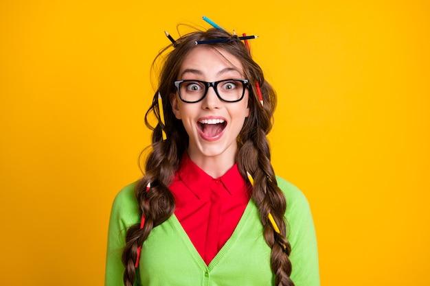 Foto van nerd tienermeisje met potlood rommelig kapsel opgewonden draag groene kleren geïsoleerd glans kleur achtergrond