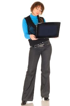 Foto van ondeugend studentenmeisje met bruin haar in zwart pak met personal computer poseren, geïsoleerd op wit