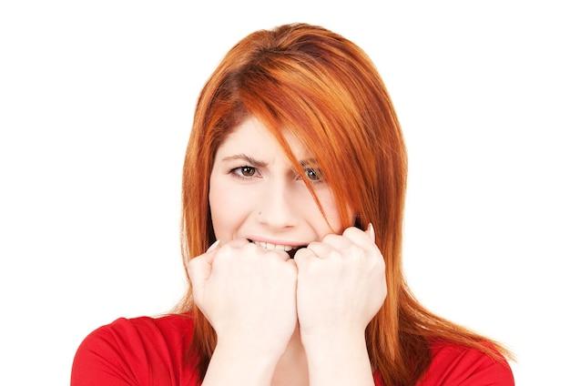 Foto van ongelukkige roodharige vrouw over wit