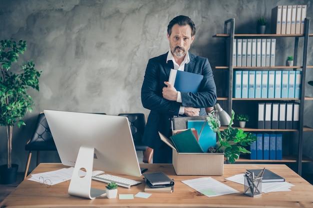Foto van ontslagen trieste werknemer leeftijd volwassen man makelaar manager baan verloren houden knuffel dagboek slecht humeur pak bezittingen personeel doos monitor scherm computer tafel kantoor financiële crisis desktop binnenshuis