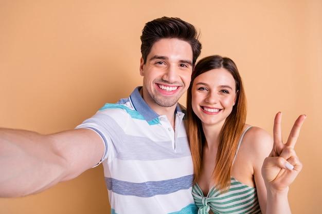 Foto van opgetogen vrolijke blije meid man neem selfie knuffel