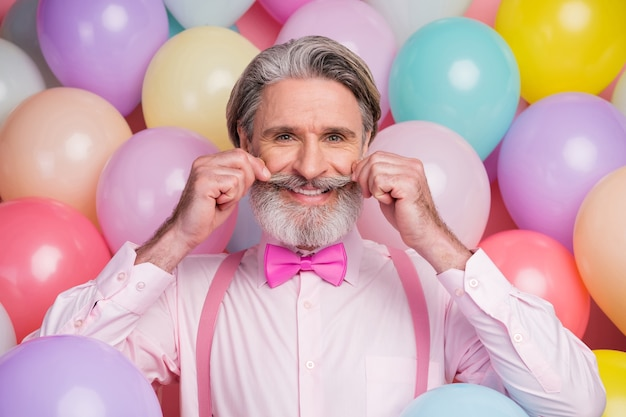 Foto van oude elegante man snor op luchtballon achtergrond aan te raken