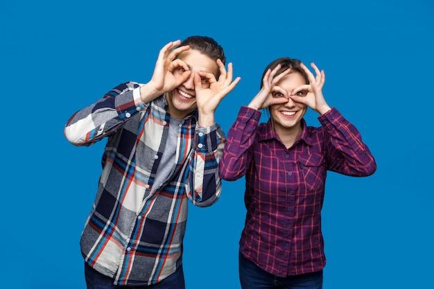 Foto van paar in casual kleding poseren in blauw