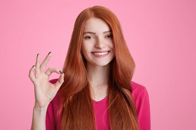 Foto van positieve gember vrouw met lang haar