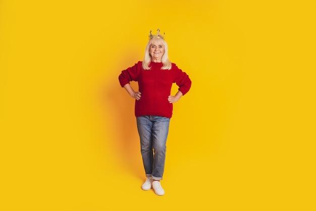 Foto van positieve oude vrouw met gouden kroon