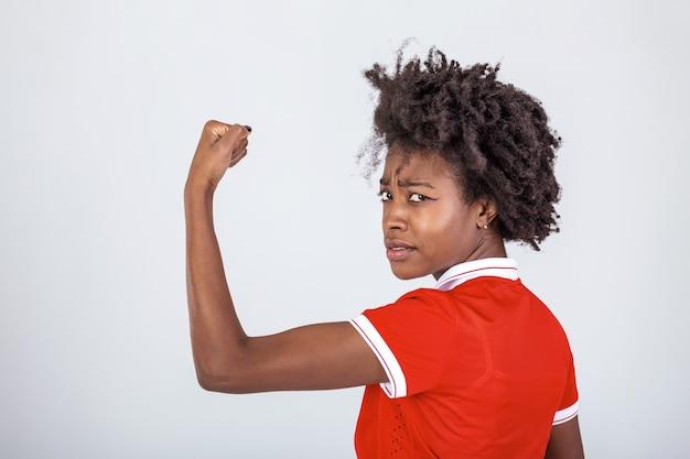 Foto van prachtige sterke jonge zwarte vrouw