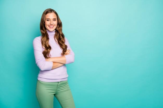 Foto van prachtige verbazingwekkende zakelijke dame hand in hand gekruist betrouwbare werknemer bedrijfsassistent dragen paarse pullover groene broek geïsoleerde blauwgroen blauwe pastelkleur