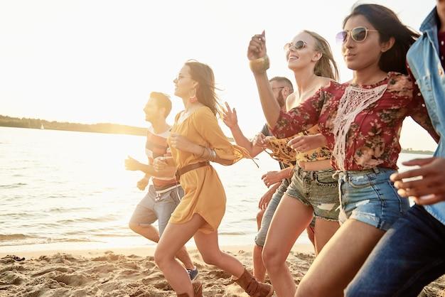 Foto van rennende mensen op het strand