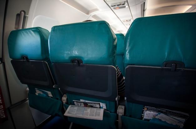 Foto van rij vliegtuigstoelen in goedkope vliegtuigen