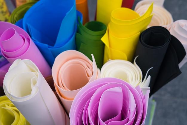 Foto van rollen gekleurd papier die naast elkaar liggen