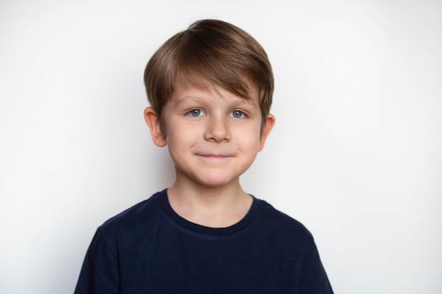 Foto van schattige jonge gelukkige jongen in een donkere t-shirt