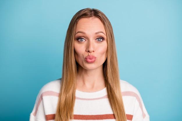 Foto van schattige mooie prachtige vrouw kuste je door de lucht positieve emoties uitdrukken op gezicht geïsoleerde pastel blauwe kleur muur