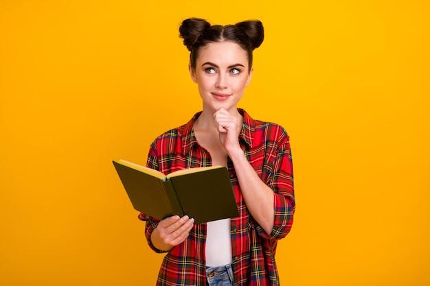 Foto van schattige student dame gelezen verhaal boek opzoeken lege ruimte vinger kin denken