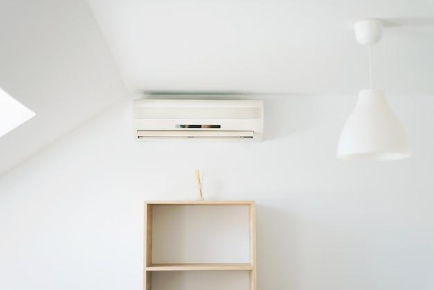 Foto van schone witte kamer met airconditioning, zomerdagen kunnen het koelst zijn.