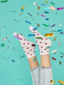 Foto van sokken in rode stippen
