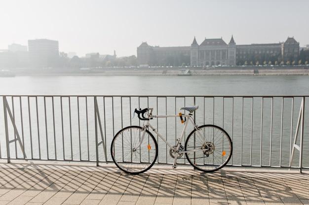 Foto van sportfiets die op rivier wordt geïsoleerd