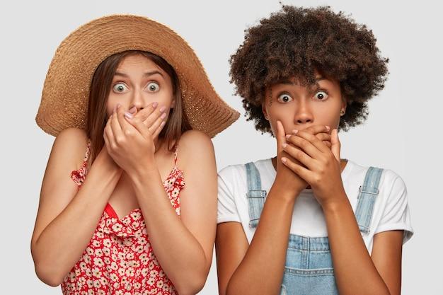 Foto van sprakeloos verrast jonge vrouwen staren naar de camera met uitgesprongen ogen
