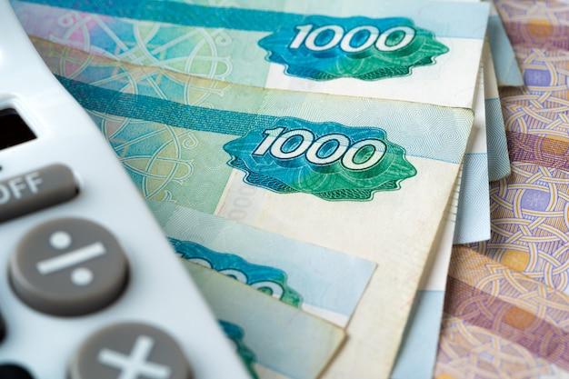 Foto van stapel russische geldroebels met calculator