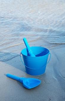 Foto van strandspeelgoed in het zand