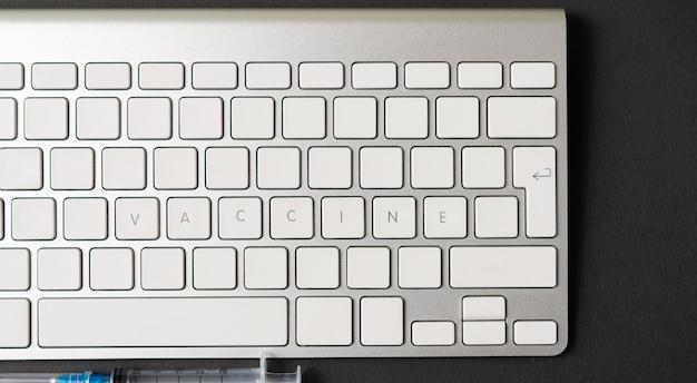 Foto van toetsenbord met woord vaccine erop