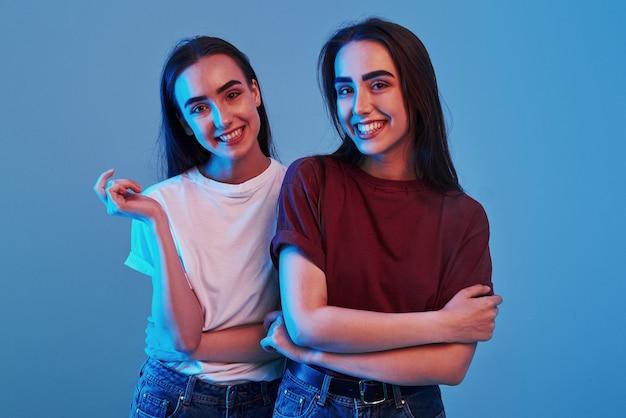 Foto van twee prachtige tweelingen