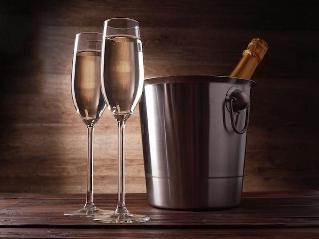Foto van twee wijnglazen met champagne stalen emmer