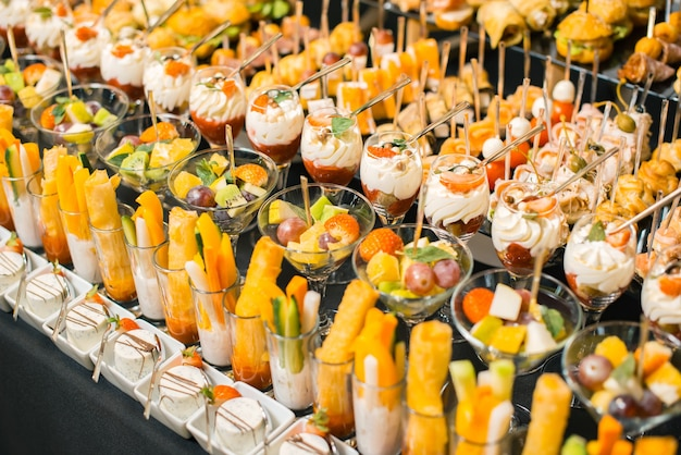 Foto van veel heerlijke fruitdesserts en aperitieven.