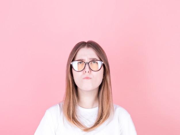 Foto van verbazend donkerbruin meisje die lege ruimte diep denken opzoeken geïsoleerd op roze muur
