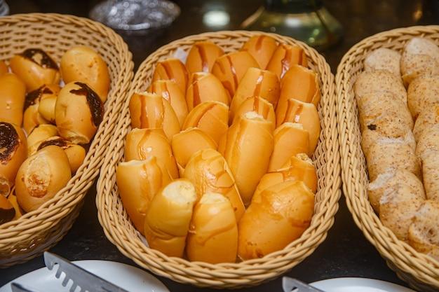 Foto van verschillende soorten brood bij een hotelontbijt
