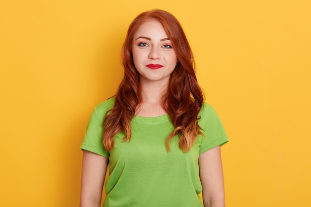 Foto van verse mooie vrouw met glimlach, groene t-shirt dragen