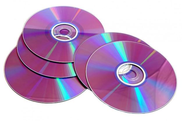 Foto van verspreide cd die op witte achtergrond wordt geïsoleerd