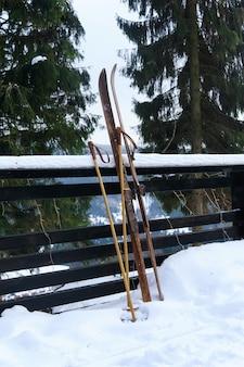 Foto van vintage oude houten ski's op het terras van een landhuis