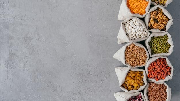Foto van voedzame biologische producten in zakken met verschillende bonen.