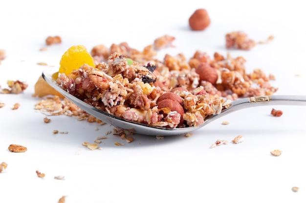 Foto van volledige geïsoleerde lepel van granola