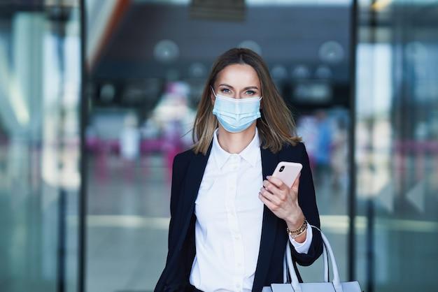 Foto van volwassen vrouwelijke passagier op de luchthaven