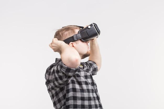 Foto van vr-bril met gelukkig man op achtergrond