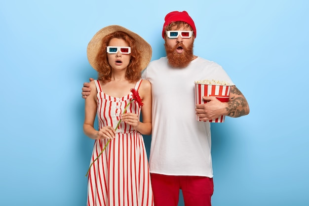 Foto van vriend en vriendin hebben een date in de bioscoop